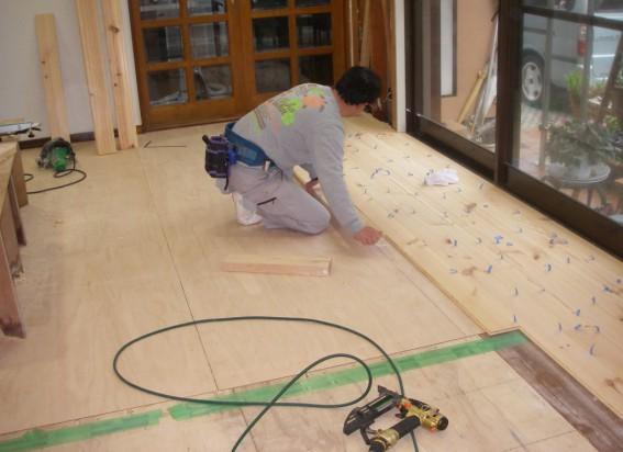 無垢床の貼りはじめ