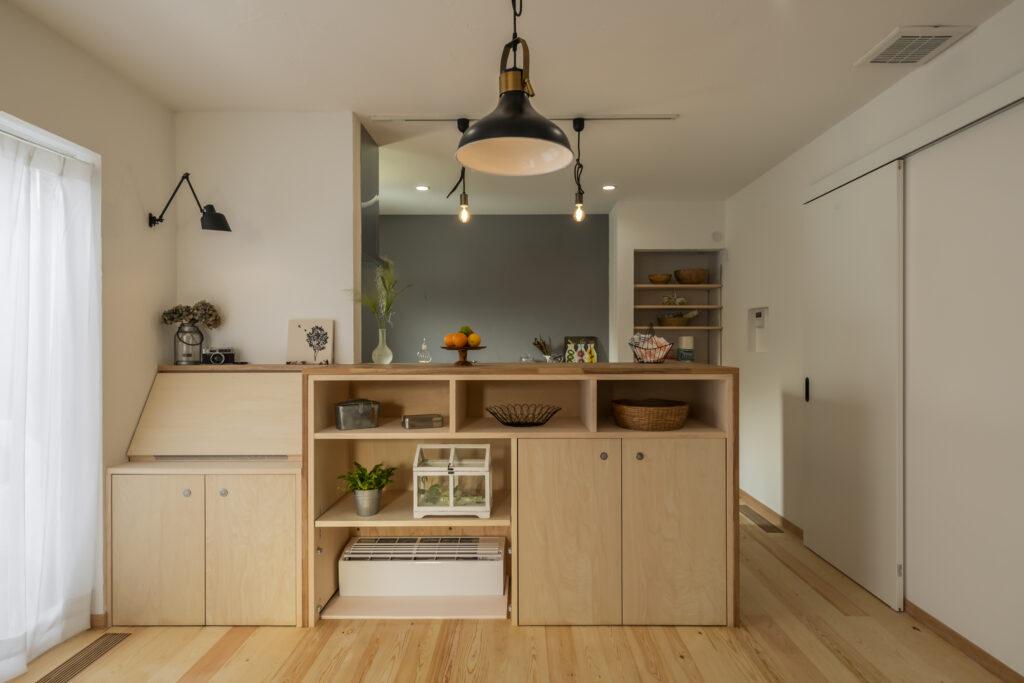 床下エアコン置き場を兼ねた造作カウンターとデスクの大久保工務店家づくり事例